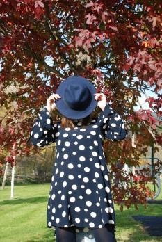 vestido lunares azul-vestido xara-vestido azul marino-lunares-sombrero azul