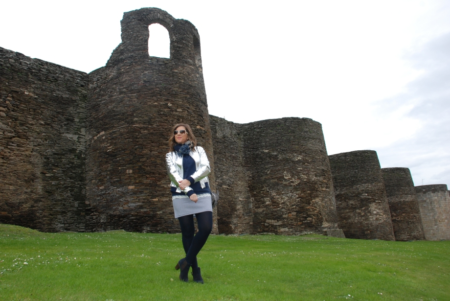blogger-lugo-muralla-bomber-plateada-falda-rayas