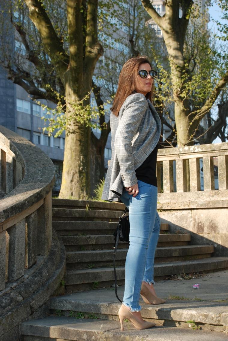 blazer-cuadros-camiseta-lencera-negra-blogger-mamisweet