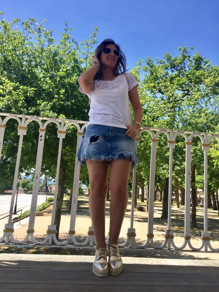 falda-vaquera-flecos-zapatos-dorado-blogger-mamisweet-pontevedra