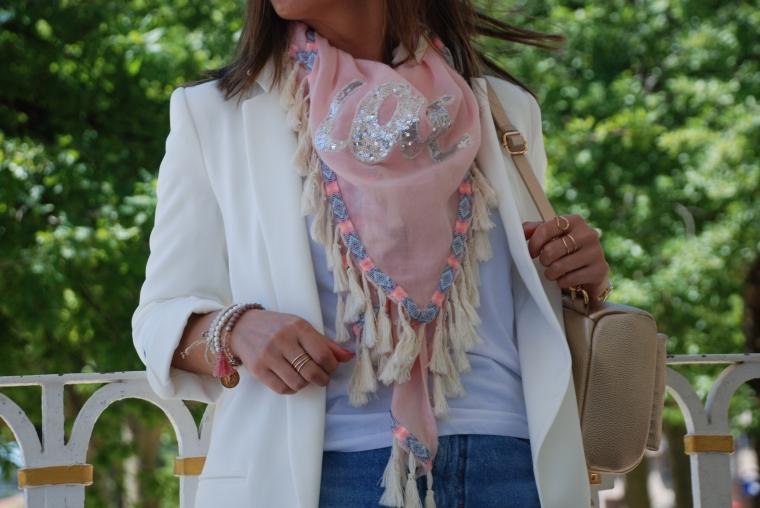 falda-vaquera-flecos-blazer-blanca-zapatos-dorado-blogger-mamisweet-pontevedra